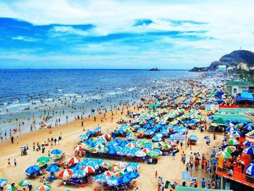 Bạn ở đâu giữa biển người cùng đổ xô ra biển dịp nghỉ lễ?
