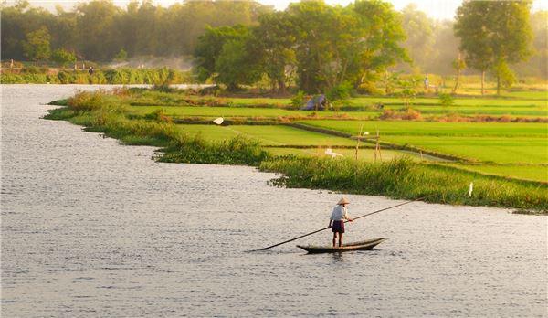 Ngư phủ trên sông lúc ráng chiều. Ảnh: Huỳnh Tuấn