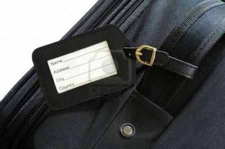 Dán nhãn lên va li hành lý