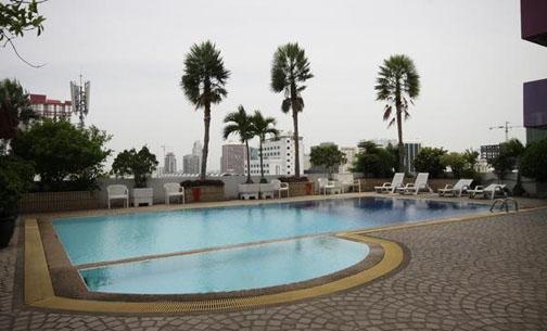 Hồ bơi tại Baiyoke Suite Hotel
