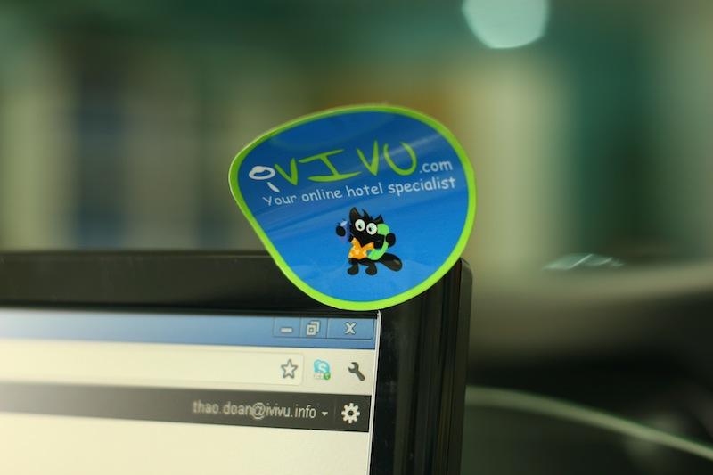 Sticker nhỏ xinh được dán khắp văn phòng