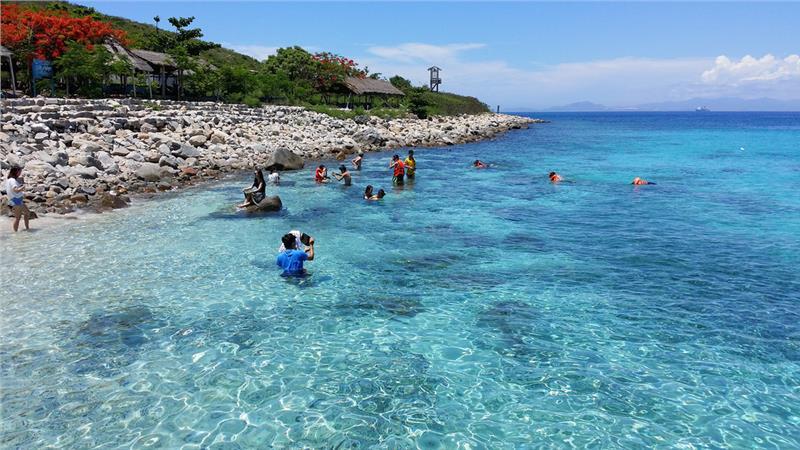 Dòng nước trong vắt trên đảo Hòn Mun. Ảnh: vietfuntravel.com