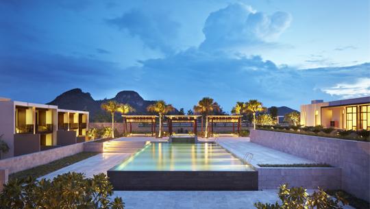 Mỗi phòng King hướng biển có một bể bơi và khu tắm nắng riêng.