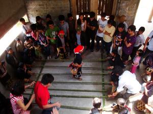 Khách du lịch cùng đồng bào dân tộc tham gia nhảy sạp tại nhà cộng đồng Tả Phìn