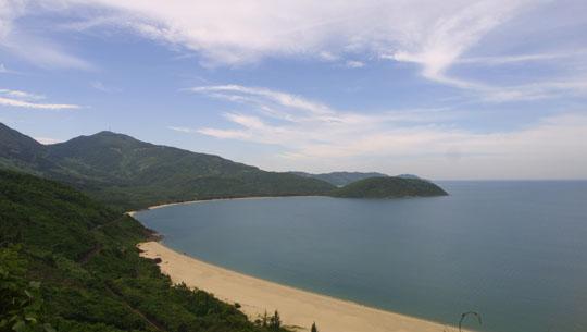 Vòng cung tiếp giáp rừng và biển tuyệt đẹp của bán đảo Sơn Trà.