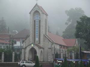 Nhà thờ cổ tại trị trấn Sapa mù sương