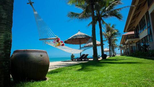 Swiss-Bellhotel Golden Sand tọa lạc tại bờ biển Cửa Đại, ngay gần khu phố cổ Hội An