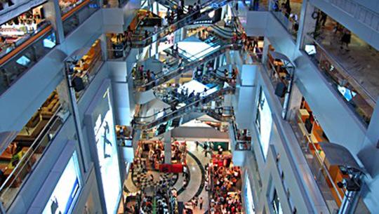 Du khách mua sắm ở Thái Lan
