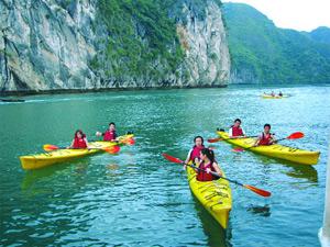 Chèo thuyền kayak ở vịnh Hạ Long