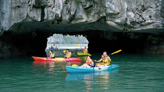 Chèo thuyền kayak vịnh Hạ Long - iVIVU.com