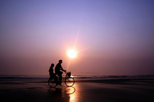 Cảnh lãn mạn của một đôi tình nhân trên biển