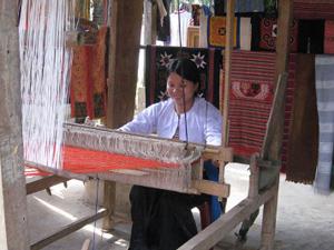 Dệt thổ cẩm ở bản Mường Cúc Phương - iVIVU.com