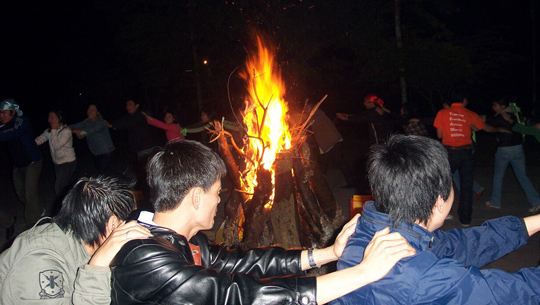 Đốt lửa trại Cúc Phương - iVIVU.com