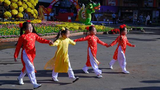 Du xuân đường hoa Nguyễn Huệ - iVIVU.com
