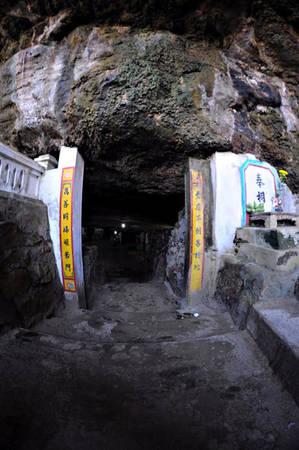 Lối vào chùa Hang, đảo Lý Sơn - iVIVU.com