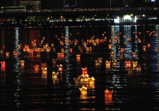 Thả đèn hoa đăng ở Huế - iVIVU.com