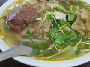 Ẩm thực Hà Nội - bún bò Huế Quang Trung - iVIVU.com