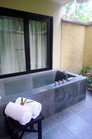 Bồn tắm ngoài trời khá sâu, ai thấp bé nhẹ cân lại không biết bơi thì khi tõm vào bồn nhớ đeo phao.