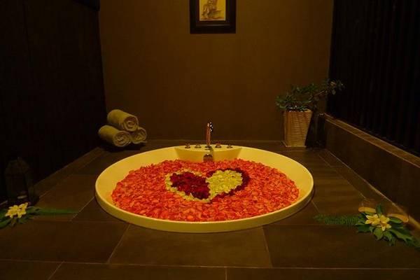 Bồn tắm đầy hoa thật đẹp.