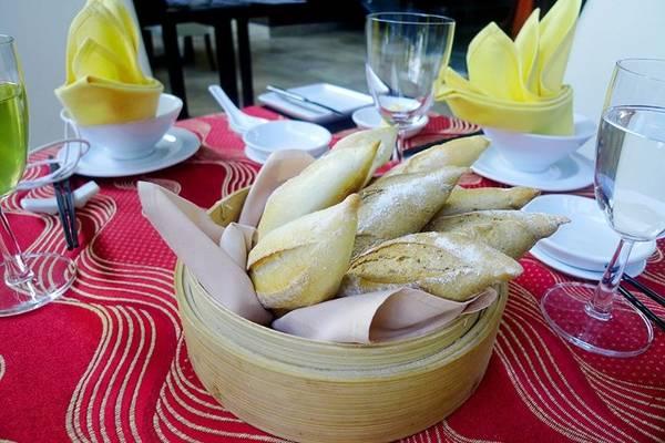 Bánh mì làm ngay tại trong resort, rất thơm ngon giòn bổ.
