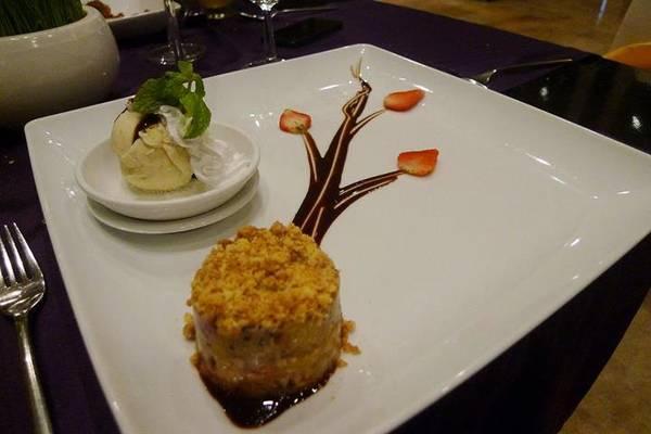 Kết thúc bằng món dessert trông như artwork thật đẹp, mới đầu giả bộ tiếc của chẳng nỡ ăn nhưng sau đó cũng làm sạch thiếu điều bưng đĩa liếm.