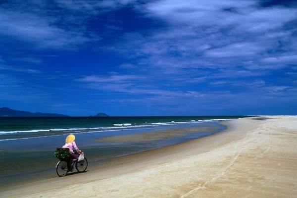 Description: Bãi biển Cửa Đại