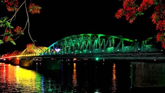 Cầu Tràng Tiền ở Huế về đêm