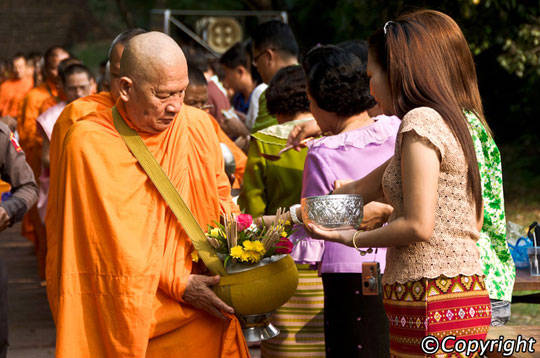 Du lịch Thái Lan - Lễ hội té nước Songkran - cúng dường - iVIVU.com