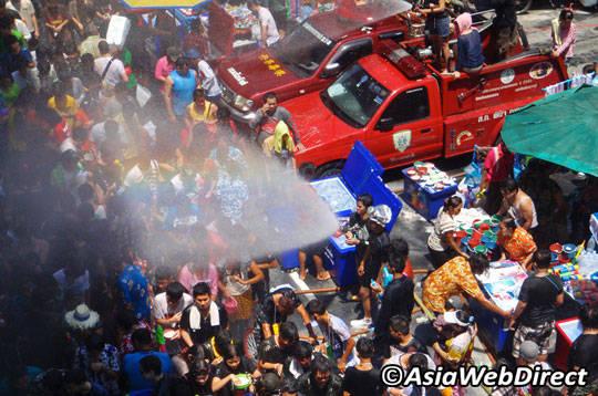 Du lịch Thái Lan - Lễ hội té nước Songkran - đường Silom - iVIVU.com