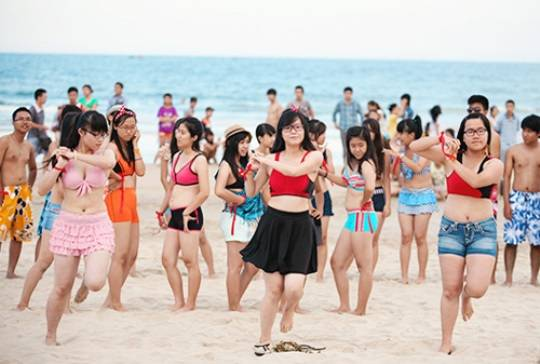 Nữ sinh mặc bikini nhảy trên biển Đà Nẵng - Cùng iVIVU