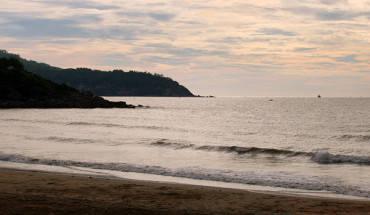 Biển nơi đây vẫn còn nét đẹp hoang sơ, đặc biệt ấn tượng vào lúc mình minh. Ảnh: Lê Bích