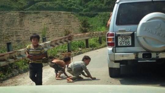 Hình ảnh ngồi xe hơi tung kẹo cho trẻ ở Hà Giang