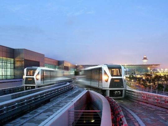 Du khách có thể dễ dàng di chuyển giữa các nhà ga nhờ vào hệ thống Skytrain hiện đại.