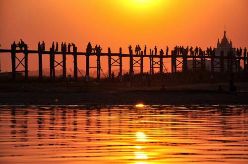 U Bein (Amarapura), cây cầu gỗ tếch dài nhất thế giới vốn nổi tiếng với cảnh hoàng hôn đang trở nên quá tải vì du khách kéo đến ngày một đông - Ảnh: Đinh Hằng
