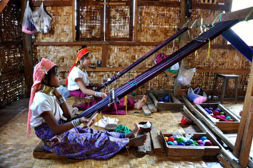 Ma Or và Mu Than, hai cô bé còn vị thành niên sống xa nhà để kiếm tiền bằng cách dệt vải và trò chuyện với khách du lịch