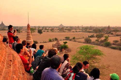 Khách du lịch chen chúc phía trên chùa Buledi để ngắm hoàng hôn ở Bagan - Ảnh: Đinh Hằng