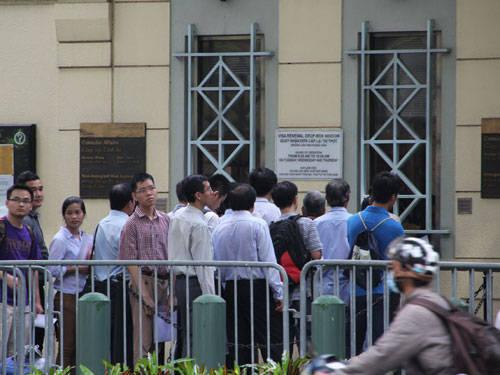 Xếp hàng xin visa ở Lãnh sự quán Mỹ tại TP.HCM - Ảnh: Trung Hiếu