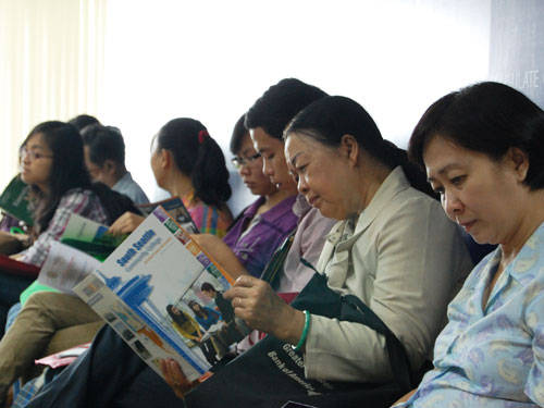 Phụ huynh tìm hiểu về việc sinh hoạt, học tập ở Mỹ tại Lãnh sự quán Mỹ (TP.HCM) - Ảnh: Hoàng Quyên