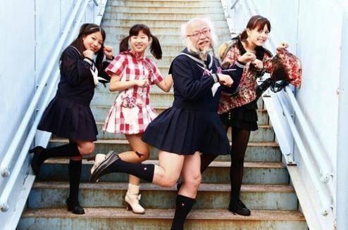Cụ ông mặc đồ nữ sinh ở Nhật - iVIVU.com