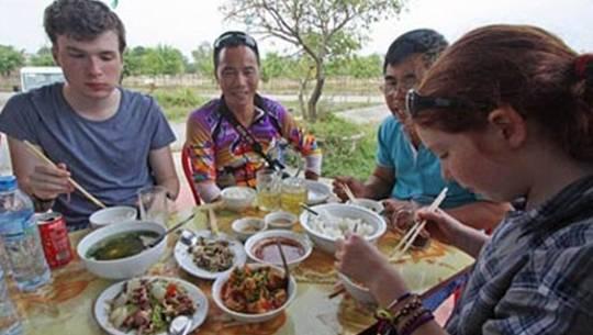 Một lần trải nghiệm món ăn Việt Nam của gia đình ông Kevin Rushby.
