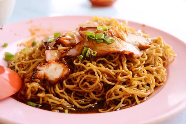 Mỳ vịt quay ăn kèm nước sốt trong khu người Hoa có giá chỉ khoảng 4 RM (28.000 đồng) khá dễ ăn, phù hợp khẩu vị người Việt.