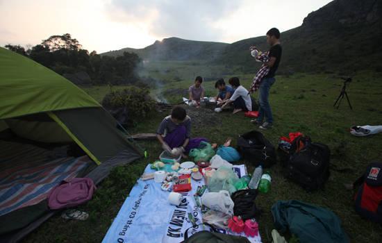 Hàng tuần, giới trẻ từ Hà Nội và các tỉnh lân cận vẫn chọn nơi đây là nơi cắm trại, picnic. Hầu hết các đoàn du lịch đến đây đều phải tự chuẩn bị đồ cắm trại, thực phẩm... cho chuyến đi.