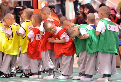 Các chú tiểu thực hiện nghi lễ trước khi tham gia vào các trận đấu bóng.