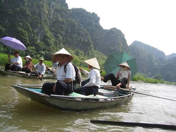 Hầu hết hành trình thăm quan điểm du lịch này đều bằng những chiếc thuyền tự chèo.