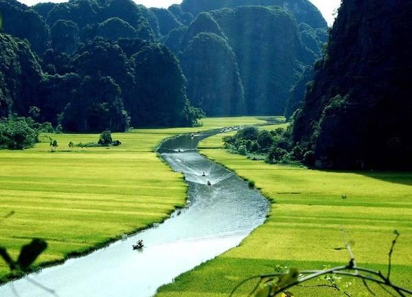"""Tam Cốc có nghĩa là """"ba hang"""" còn có tên Xuyên Thuỷ động gồm: hang Cả, hang Hai và hang Ba, cả 3 hang đều được tạo thành bởi dòng sông Ngô Đồng đâm xuyên qua núi."""