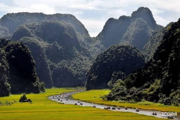Chuyến viếng thăm Tam Cốc mất khoảng 1h đi thuyền dọc theo dòng sông Ngô Đồng uốn lượn qua các vách núi, hang xuyên thuỷ, cánh đồng lúa.