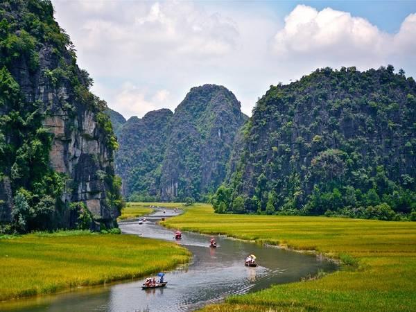 Hàng nghìn hòn núi đá vôi nằm dọc sông tạo nên phong cảnh rất hùng vĩ. Thăm quan Tam Cốc, phải đi thuyền từ bến trung tâm, theo dòng sông Ngô Đồng uốn lượn qua các vách núi, hang xuyên thuỷ, cánh đồng lúa.