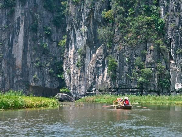 Khi ngồi trên thuyền, du khách được ngắm dòng sông Ngô Đồng nước trong xanh chảy nép mình vào những dãy núi trùng điệp.