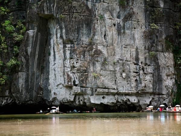 Hang Cả là hang lớn nhất và cũng là hang đẹp nhất của Xuyên Thuỷ động, với chiều dài 127 m, nằm dưới một quả núi lớn vắt ngang qua hai dãy núi lớn hai bên sông Ngô Đồng.