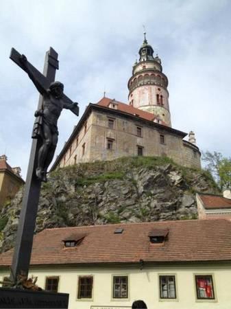 Đặc sắc nhất ở Český Krumlov là tòa lâu đài hoành tráng nằm trên ngọn núi bên cạnh sông Vltava. Lâu đài hoành tráng thứ hai của Cộng hòa Czech, ấn tượng với tháp cao gần 54m theo kiến trúc Phục hưng.